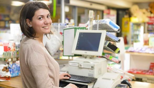 Frau sitzt im Supermarkt an der Kassa © oneblink1, stock.adobe.com