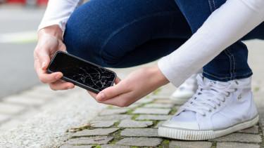 Jemand hebt beschädigtes Handy vom Boden auf © michaelheim , stock.adobe.com