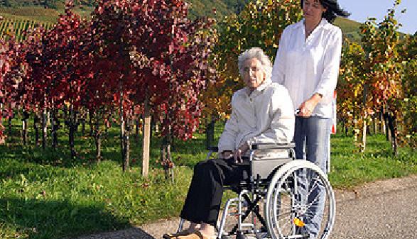 Pflegerin schiebt eine alte Pensionistin im Rollstuhl © RRF, Fotolia.com