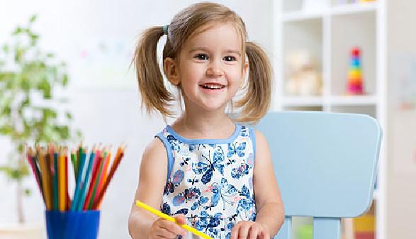 Lächelndes Mädchen malt mit Buntstift in einem Heft © Oksana Kuzmina, Fotolia.com