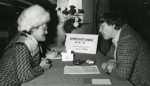 Frauenministerin Johanna Dohnal im Gespräch mit einer Frau © Moviemento