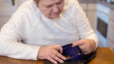 Pensionistin hat wenig Geld in Geldtasche © juefraphoto , stock.adobe.com