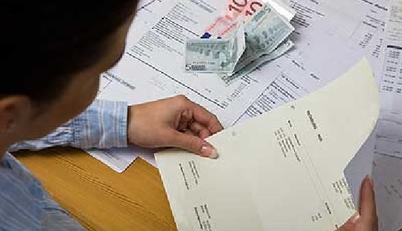 Mann liest Brief © bilderbox, Fotolia.com