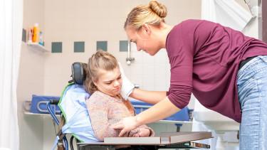 Pflegerin wäscht Mädchen im Rollstuhl © mjowra, stock.adobe.com