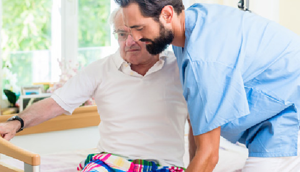 Pfleger hilft altem Mann aus dem Krankenbett © Kzenon, Fotolia.com