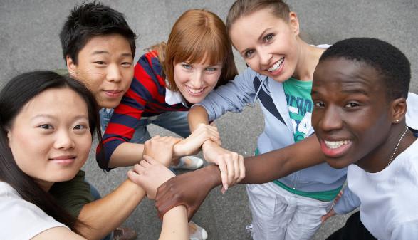 Jugendliche halten sich bei den Händen © Franz Pflügl, stock.adobe.com