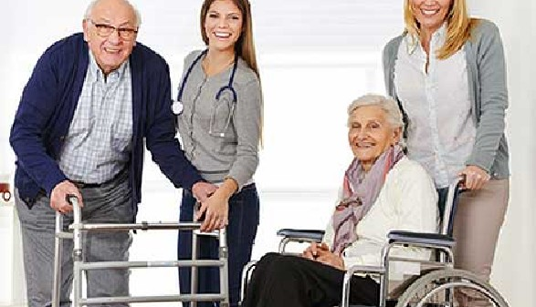 Altenbetreuerinnen bei der Arbeit mit zwei älteren Personen © Robert Kneschke, Fotolia.com