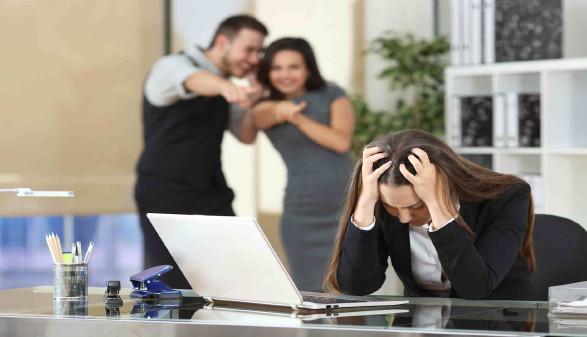 Frau wird im Büro von den Kollegen/-innen gemobbt © Antonioguillem, stock.adobe.com
