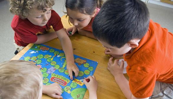 Kinder spielen ein Brettspiel ©  darko64 , stock.adobe.com