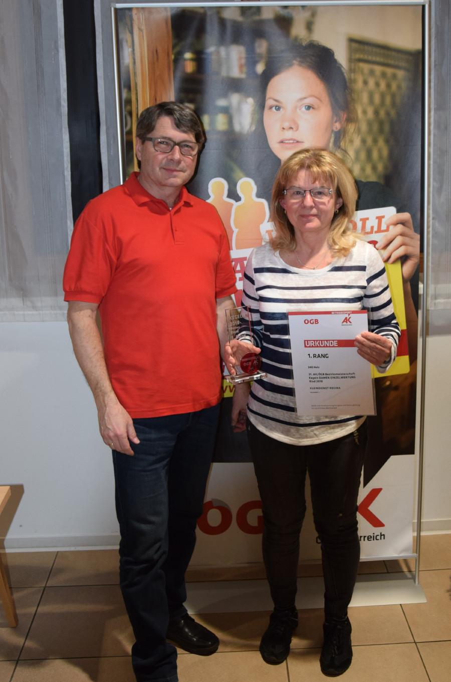 AK-Bezirksstellenleiter Siegfried Wambacher (links) gratuliert den Bezirksmeisterin Regina Kleindienst. © -, AK Oberösterreich