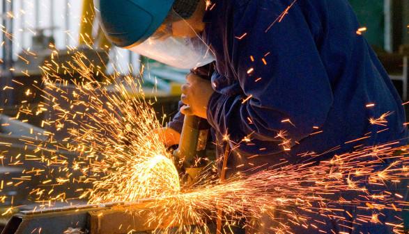 Industriearbeiter beim Schneiden eines Stahlstückes © John Casey, stock.adobe.com