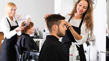 Hairdresser doing hairstyle © JackF, Fotolia.com