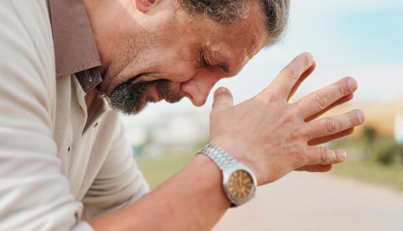 Mann hält verzweifelt die Hände vor dem Kopf zusammen © spaskov, stock.adobe.com