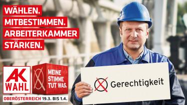 """Arbeiter hält Schild auf dem """"Gerechtikeit"""" angekreuzt ist. © -, Arbeiterkammer Oberösterreich"""
