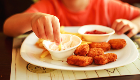 Kind isst Hühner-Nuggets mit Saucen © stopabox, stock.adobe.com