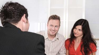 Junges Paar in einem Beratungsgespräch beim Berater © Jeanette Dietl, stock.adobe.com