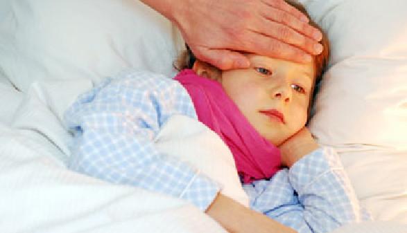 Kind liegt Krank im Bett © somenski, Fotolia.com