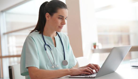 Krankenschwester schreibt am Laptop © goodluz , stock.adobe.com