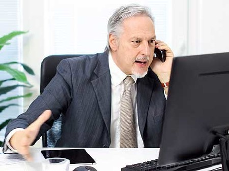Mann ärgert sich beim Telefonieren © Minerva Studio, Fotolia.com