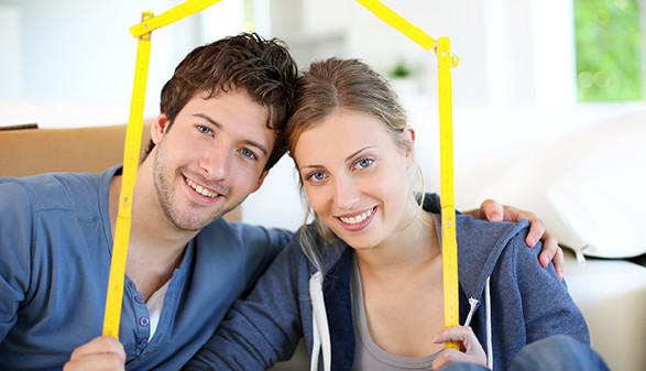 Mann und Frau mit Miniatur-Haus © goodluz, Fotolia.com