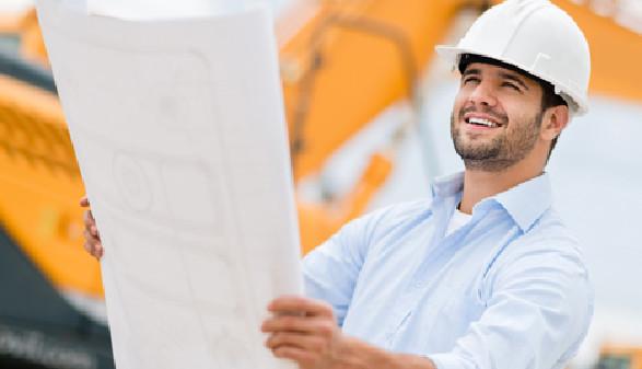 Bauleiter wirft einen Blick auf den Plan © Andres Rodriguez, Fotolia