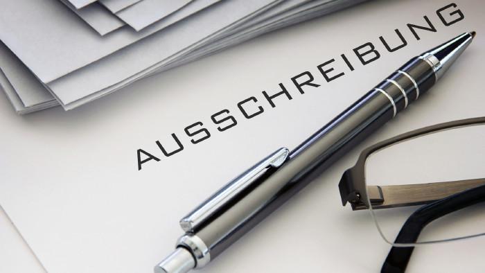 """Text """"Ausschreibung"""" mit Kugelschreiber und Brille © Butch, stock.adobe.com"""