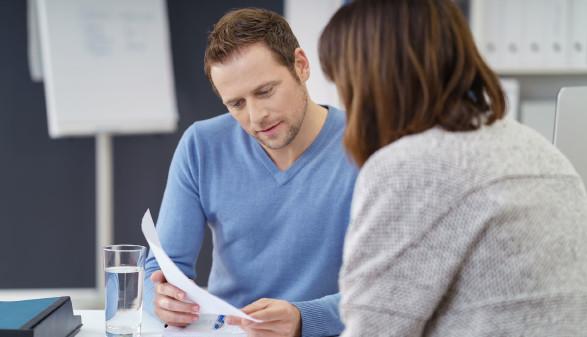 Mann zeigt Frau etwas in den Unterlagen © contrastwerkstatt, stock.adobe.com
