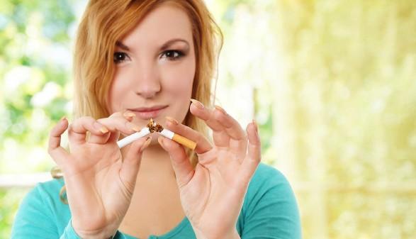 Frau bricht Zigarette in zwei Teile © Ds Foto, stock.adobe.com