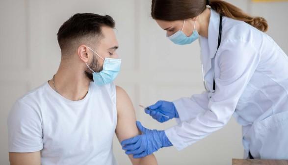Mann bei Impfung © Prostock-Studio, adobe.stock.com