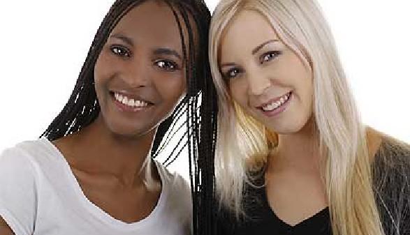 Zwei fröhliche ausländische Arbetnehmerinnen! © lensonfocus, Fotolia.com