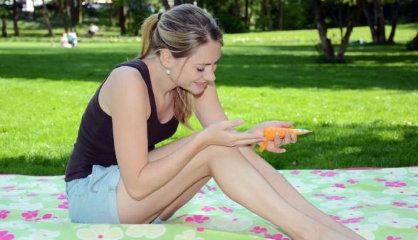 Frau beim Sonnenbaden © Dan Race, adobe.stock.com
