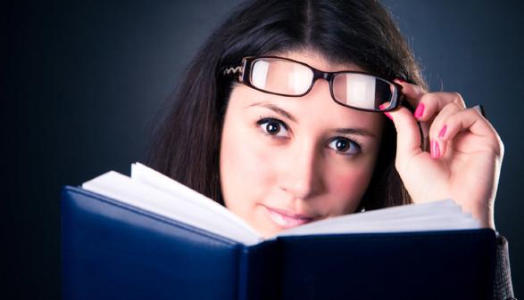 Frau mit Buch © Chaoss, stock.adobe.com