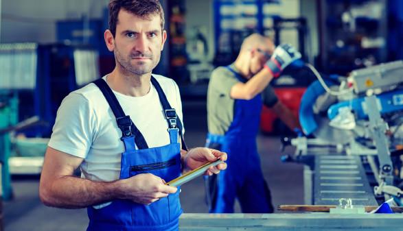 2 Arbeiter im Betrieb © Firma V, stock.adobe.com