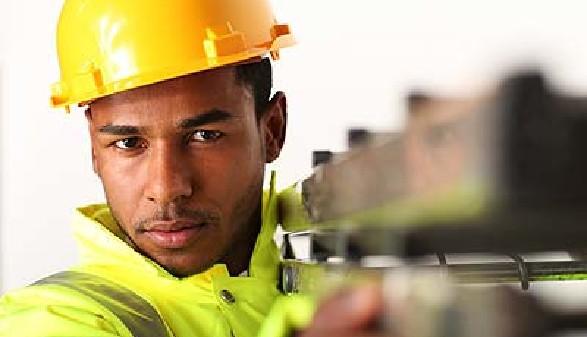 Dunkelhäutiger Bauarbeiter auf der Baustelle © Peter Atkins, Fotolia.com