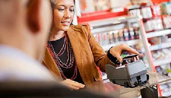 einkafuen, bargeldlos zahlen, Frau © Tyler Olson, Fotolia.com