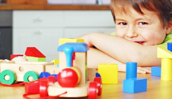 Bub spielt mit Holzspielzeug © photophonie, Fotolia.com