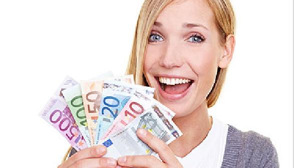 Junge Frau hält voller Freude Geldscheine in der Hand. © Robert Kneschke, fotolia.com