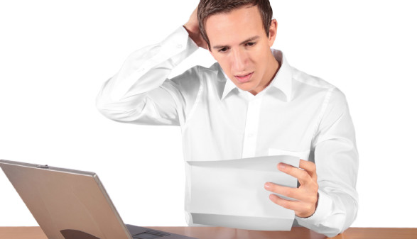 Junger Mann sitzt vor Laptop und hält einein Brief in der Hand © Kaesler Media, Stock.Adobe.com