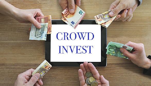 Crowdinvest - mehrere Personen geben Geld in die Tischmitte © monropic, Fotolia.com