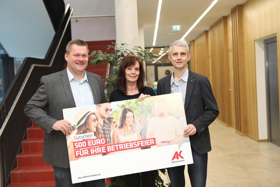 Preisübergabe: Gewinn für Beschäftigte des Seniorenheims Vöcklabruck © R. Brunhofer, Arbeiterkammer Oberösterreich