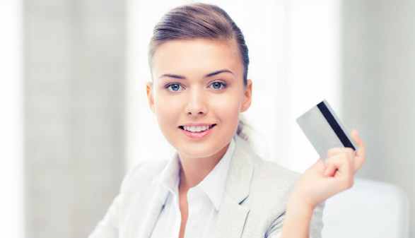Frau mit Kreditkarte © SydaProductions, stock.adobe.com