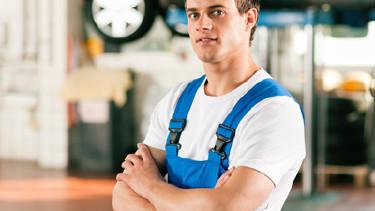 Mechaniker steht vor Autohebebühne © Kzenon, Fotolia