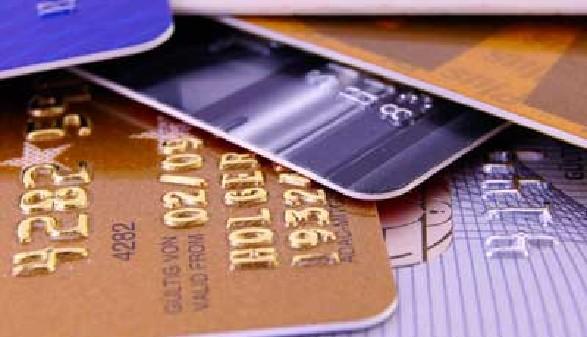 Mehrere verschiedene Kreditkarten liegen auf einem Stapel übereinander © Flexmedia, stock.adobe.com