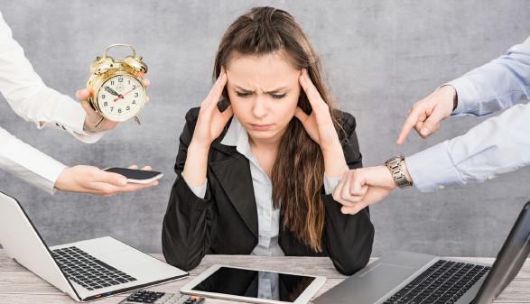 Frau greift sich an den Kopf © RedPixel, stock.adobe.com
