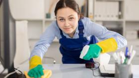 Reinigungskraft putzt Schreibtisch © JackF, stock.adobe.com