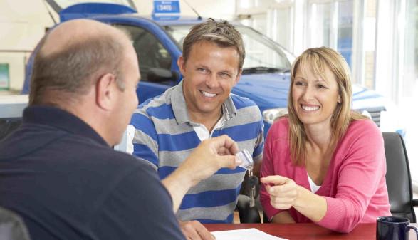 Junges Paar in einem Büro für Autovermietung - bei der Schlüsselübergabe © Monkey Business, stock.adobe.com