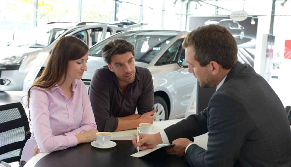 Junges Paar lässt sich für einen Autokauf beraten © industrieblick, stock.adobe.com