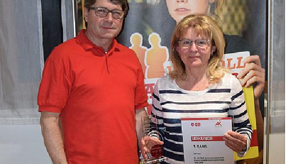 AK-Bezirksstellenleiter Siegfried Wambacher (links) gratuliert der Bezirksmeisterin Regina Kleindienst. © -, AK Oberösterreich