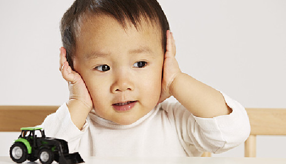 Kind hält sich Ohren zu © Tran-Photography, Fotolia.com