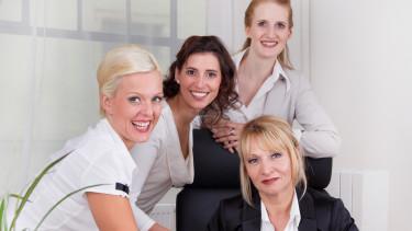 Mehrere Arbeitnehmerinnen teilen sich einen Arbeitsplatz © Jeanette Dietl, Fotolia.com